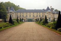 is the Chateau Malmaison, where the very kind and noble Empress Josephine once lived… Viger Jean-Louis Victor La rose de Malmaison. Chateau De Malmaison, La Malmaison, Napoleon Josephine, Empire, Facade, Mansions, Architecture, House Styles, Classic