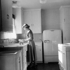 Visualizza questa fotografia stock relativa a Housewife And Mother Barbara Barkin 25 Washing Dishes In Her Bright New Kitchen In Brand New Assembly Line Built Mobile Home. 1940s Kitchen, Old Kitchen, Vintage Kitchen, Retro Vintage, Retro Kitchens, Retro Fan, Vintage Mom, Dream Kitchens, Vintage Vibes
