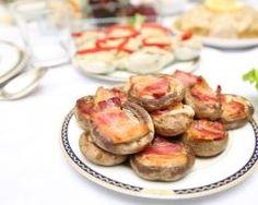 Champignons farcis au fromage de chèvre et au lard fumé : http://www.cuisineaz.com/recettes/champignons-farcis-au-fromage-de-chevre-et-au-lard-fume-45540.aspx