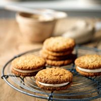 Filled oat cookies