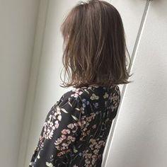 """・ ・ #品のある3Dハイライト ・ ・ 全体に細ーく入れてから濃い目の#グレージュ をオンカラー。 ・ ・ 派手にし過ぎないハイライトは、 髪に透明感が欲しい""""大人の女性""""にオススメです。 ・ ・ お店のアカウントはこちら @micro.hair ・ #Micro #美容院 #newopen #東山公園 #本山 #星ヶ丘 #美容師 #江崎将大 #美容室 #ミクロ #外国人風カラー #グレージュ #ヘアカタログ #ハイライト #ロブ #切りっぱなしボブ #ショートカット #サロモ #作品撮り #美容学生 #北欧 #インテリア #ウェグナー #シバスト #ルイスポールセン #フィンユール"""