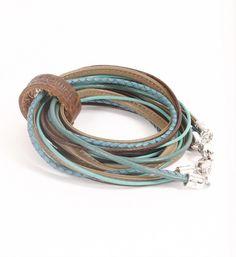 Pimps & Pearls handgemaakte leren armband model Moesss Pure in turqoise-olijf. Moesss kan zowel als armband, ketting, heupriempje en als laarssieraad gedragen worden - NummerZestien.eu