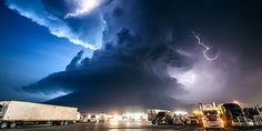 Best 2014 Science Pictures Part Taken in York,Nebraska,this incredible photo of a supercell storm, amassing over a truck stop was taken by photographer Mike Hollingshead,a famous storm-chaser. Supercell Thunderstorm, Thunderstorms, Tornadoes, Bad Storms, Mother Images, Sky Photos, Extreme Weather, Weird And Wonderful, Mother Nature