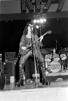 Kiss Pictures, Kiss Photo, Kiss Band, Hot Band, Gene Simmons, Plaza Hotel, Casablanca, Classic Rock, Nfl Football