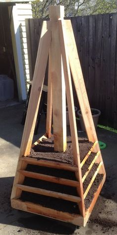 Tutorial How To Build A Vertical Garden Pyramid Tower Strawberry Tower, Strawberry Planters, Vertical Vegetable Gardens, Vertical Garden Diy, Diy Garden Projects, Outdoor Projects, Garden Planters, Garden Beds, Jardim Vertical Diy