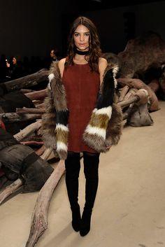 Posando en la front row de Public School otoño-invierno 2016 durante New York Fashion Week, vistiendo un abrigo faux fur de Dawn Levy