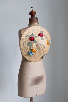 1930s Floral embroidered straw hat by FlowersOfTheMeadow on Etsy https://www.etsy.com/se-en/listing/469558671/1930s-floral-embroidered-straw-hat