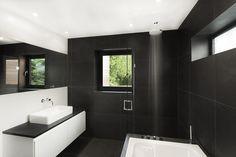 10 Idées pour décorer une salle de bain noire et blanche - Visit the website to see all pictures http://www.amenagementdesign.com/decoration/idees-deco-salle-bain-noir-blanc/