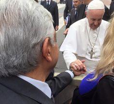 Andrés Manuel López Obrador, dirigente de Morena, entregó hoy una medalla al Papa en el Vaticano. Foto: Facebook