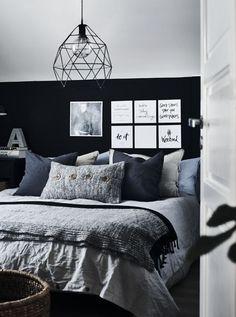 Besuch zu Hause bei Anita in Norwegen: 'Achtsamkeit bedeutet für mich, auch ästhetisch Ruhe zu finden – besonders in den Räumen, in denen wir schlafen.' Mehr von Anitas Schlafzimmer findest du in unseren Ideen.