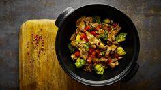 Na gril můžete směle postavit i pánev nebo wok a připravit na něm rychlá restovaná jídla. Šťavnaté hovězí s brokolicí a paprikou je prostě výtečné... Kung Pao Chicken, Low Carb, Cooking, Ethnic Recipes, Food, Red Peppers, Meal, Kochen, Essen