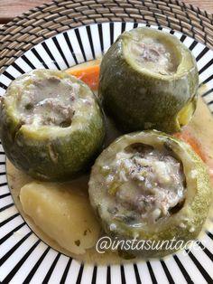 Υλικά Συνταγής▶️ •10 χοντρά κολοκύθια (ή 8 στρογγυλά) •2 ξερά κρεμμύδια (ψιλοκομμένα) •1 /2 φλ. ελαιόλαδο •350 γραµ. κιμά μοσχαρίσιο •10 κ.σ. ρύζι Καρολίνα •3 κ.σ. κονιάκ •2 καρότα (τριμμένα) •2 πατάτες (κομμένες κυδωνάτες) •2 καρότα (σε κομμάτια) •1/2 ματσάκι μαϊντανό (ψιλοκομμένο) •1/2 ματσάκι άνηθο (ψιλοκομμένο) •λίγο δυόσμο (προαιρετικά) αλάτι •φρεσκοτριμμένο πιπέρι •λίγα κλωνάρια μαϊντανό και άνηθο... Avocado, Muffin, Food And Drink, Fruit, Breakfast, Morning Coffee, Lawyer, Muffins, Cupcakes