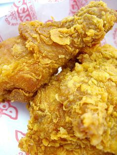 6 cups vegetable oil or olive oil, for frying cup all-purpose flour 1 tablespoon salt 2 tablespoons ground white pepper 1 teaspoon cayenne pepper 2 teaspoons paprika 3 eggs 4 pounds frying chicken with Popeyes Fried Chicken, Fried Chicken Recipes, Popeyes Chicken Recipe Copycat, Crispy Fried Chicken Batter, Famous Recipe Fried Chicken, Fried Chicken Tenders, Baked Chicken, Comida Pizza, Gastronomia