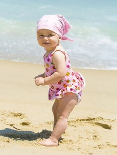 Bring a small bag of corn starch and brush it on with a make-up brush to remove sand. (Remember to apply the sunscreen at least 15 minutes before you leave the house! Little Babies, Little Ones, Cute Babies, Little Girls, Beach Babies, Beautiful Children, Beautiful Babies, Outdoor Fun For Kids, Portraits