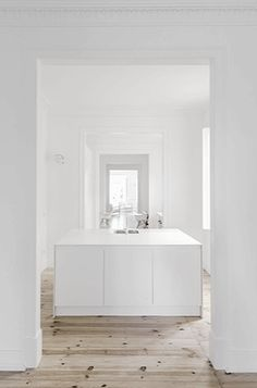 White minimalist interior / Get started on liberating your interior design at Decoraid (decoraid.com)