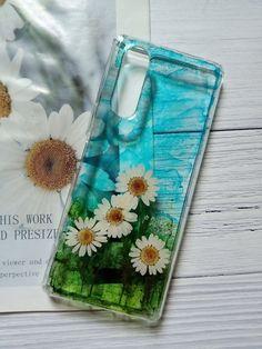 **路邊的小花** 顏料與乾燥花的結合,表層已用樹脂完整覆蓋觸感光滑,值得您擁有。 現貨適用型號:Sony Xperia Z5適用. Cool Phone Cases, Real Flowers, Sony Xperia, Ipod, Coin Purse, Alcohol, Girly, Electronics, Wallet