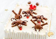 Gâteau de noël sans gluten biscuit à la châtaigne, crémeux aux marrons, marrons glacés, poires pochées, ganache montée à la vanille, décor en pâte à sucre