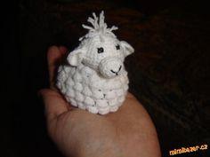 Háčkovaná ovečka obal na velikonoční vajíčko