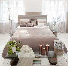 Makuuhuoneen pehmeä ja harmoninen tunnelma kutsuu rentoutumaan. Klikkaa kuvaa, niin näet tarkemmat tiedot.