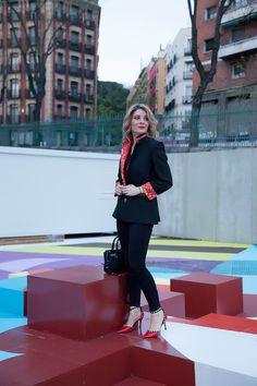 Loving my blazers! El look consistía en una camiseta negra con cuello pico de la marca #BROWNIE, la he descubierto hace poco y me gusta mucho el concepto de la firma, urbano e informal para mezclar con otras prendas más formales como hago yo aquí. Los pantalones pitillo muy ajustados son de #ABERCROMBIE & FITCH, de la tienda de la 5th Avenue en NYC y los zapatos tipo valentino son de #DUNE LONDON. Bolso de #ZADIG & VOLTAIRE.