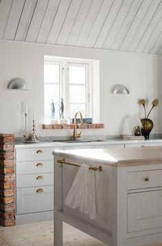 Crona är ett fantastiskt herrgårdskök, funktionellt och klassiskt med detaljer som ger det ett vackert och bearbetat utseende. Detta klassiska kök är tidlöst och känns alltid ombonat. Att stommarna lämnas synliga mellan luckorna får lätt tankarna att vandra tillbaka till tiden då ett kök byggdes på plats. Nordic Kitchen, Home Kitchens, Home And Family, Cabin, Interior Design, Deco, Bathroom, Glad, Archipelago