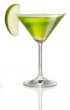 Apple Martini = Vodka 1 + Apple liqueur (mainly apple pucker) 1 + Lime Juice / Shaken with ice. NO LIME JUICE! Fancy Drinks, Vodka Drinks, Bar Drinks, Yummy Drinks, Alcoholic Drinks, Beverages, Restaurant Drinks, Frozen Drinks, Low Calorie Cocktails