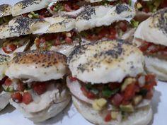 Bagel de ave y guacamole Guacamole, Salmon Burgers, Catering, Ethnic Recipes, Food, Salmon Patties, Catering Business, Gastronomia, Meals