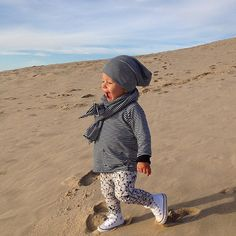 Running on Europe's tallest sand dune is #widn @katja_adores @sandra.tibbe | #ryderl #mingokids #diapersandmilk #converse #allstars #dunedupilat by melinda.max