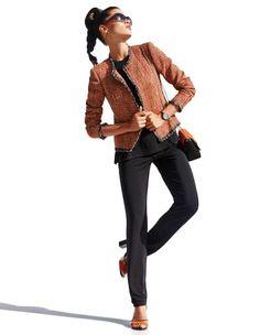 Boucléblazer, Sandalette mit Blockabsatz und Fesselriemchen, Kleine Handtasche aus Veloursleder, Blusentop, Ärmelloses Shirt, Schmale Joggpants