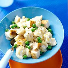 Tortellini and Cheese Easy and yummy. Refrigerated tortellini is enveloped in a velvety cheese sauce and tossed with chicken. Basic Mac And Cheese Recipe, Chicken And Cheese Recipes, Cheesy Recipes, Pasta Dinner Recipes, Pasta Meals, Cooking Pasta, Entree Recipes, Drink Recipes, Yummy Recipes