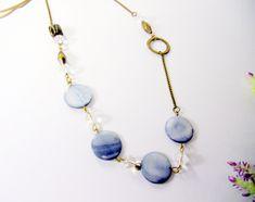 Colar feito confeccionado em ouro velho com contas de madrepérola azul e contas de vidro transparente, R$ 23,50