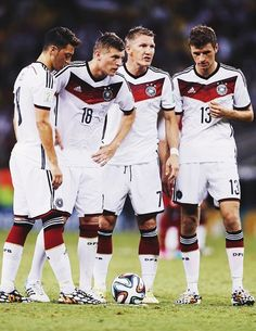Mesut Oezil, Toni Kroos, Bastian Schweinsteiger and Thomas Mueller--right before one of the funniest moments in the World Cup. German Football Players, Football Is Life, Soccer Players, Football Soccer, Toni Kroos, Fifa, Germany National Football Team, Thomas Müller, All Star