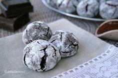 I biscotti al cioccolato e arancia sono dei dolcetti deliziosi, delicati e friabili, dal gusto deciso e profumato di cioccolato fondente, cacao e arancia.