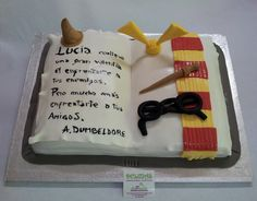 Lucia es fan de la saga del joven aprendiz de mago, Harry Potter.  Se eligio para el interior, bizcocho de chocolate relleno de nata con galletas oreo y trocitos de kitkat. Mágicamente deliciosa! Tienes en casa a un fan de las aventuras de Harry Potter? Sorpréndele con una alucinante tarta en fondant de su personaje favorito! ¡Llámanos al 616849394 y diseñaremos esa tarta de forma única, tenemos el mejor precio de Málaga! www.depaulapasteleria.blogspot.com www.tartasmalaga.net