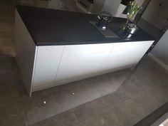 Realizacja miesiąca: najlepsza kuchnia czerwca - kuchnieportal.pl Bathtub, Bathroom, Table, Stuff To Buy, Furniture, Home Decor, Standing Bath, Washroom, Bathtubs