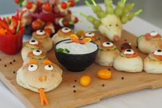 Partyschlange & Fingerfood für´s gesunde Buffet How about this party snake, pear hedgehogs, peppers, vegetable mugs and a delicious yoghurt-herb Buffet Party, Food Art For Kids, Halloween Treats For Kids, Maila, Birthday Brunch, Snacks Für Party, Food Humor, Funny Food, Finger Foods