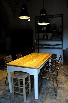 Interior design recupero tavolo con gambe in legno laccate bianche originali e piano in legno di abete di recupero. dimensione: 196 cm x 86 cm SESTINI E CORTI