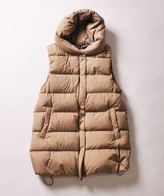 Johnbull Private labo ロングダウンベスト  新型のダウンベストです。  ロング丈になっていますので防寒性に優れているのはもちろん、腰まわりをカバーしてくれるのもポイント。 インナーがベストの裾から出てしまうことなく、ワイドパンツなど冬の定番アイテムともバランス良く着て頂けます。 被るためではないミニフードデザインなので、カジュアルになりすぎません。