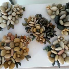 felsen und steine There are Beautiful Pebble Art Ideas. Pebble Mosaic, Pebble Art, Mosaic Art, Pebble Stone, Diy Craft Projects, Diy Crafts, Wood Crafts, Rock Flowers, Rock And Pebbles