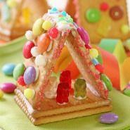 snoephuisje maken van kaakjes - candy house of cookies (Nederlandse tutorial) Kids Party Treats, Birthday Treats, Party Snacks, Mini Chef, Paletas Chocolate, Bear Cookies, Xmas Food, Food Crafts, Edible Crafts