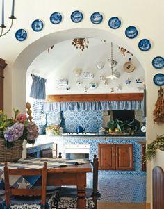 Cucina in muratura con piastrelle in terracotta e top in for Maioliche per cucina