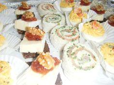 diverse losse borrelhapjes. zalmrolletjes, gevulde eieren en roggebrood met brie, vijgencompote en walnoot