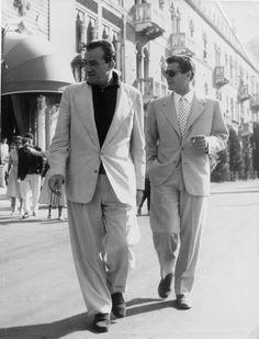 Il regista Luchino Visconti e un elegantissimo Marcello Mastroianni insieme a Venezia per presentare Le notti bianche, vincitore del Leone d...