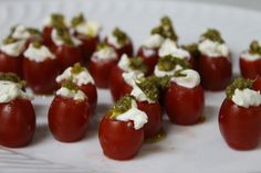 Tomatinho cereja com cream cheese e pesto