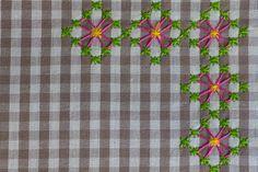 dettaglio ricamo Chicken Scratch Patterns, Chicken Scratch Embroidery, Cross Stitching, Cross Stitch Embroidery, Hand Embroidery, Types Of Embroidery, Embroidery Patterns, Bordado Tipo Chicken Scratch, Sewing Crafts