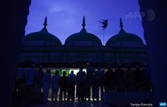 INDIA, Allahabad : Indian Muslim devotees offer prayers after breaking  their fast at Badi Masjid on the banks of the River Ganga in the  Daraganj area of Allahabad on June 24, 2015. Muslim devotees around the  world are marking the holy month of Ramadan by fasting from dawn to  dusk. AFP PHOTO / SANJAY KANOJIA