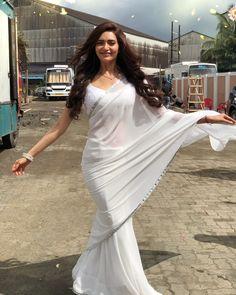 Dress Indian Style, Indian Dresses, Indian Outfits, Sarees For Girls, Saree Poses, Modern Saree, White Saree, Saree Photoshoot, Saree Trends