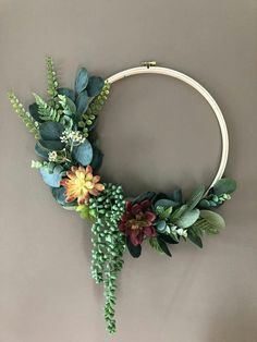 Large succulent and eucalyptus embroidery hoop wreath - MotorcyclesandCars Fall Wreaths, Christmas Wreaths, Christmas Crafts, Modern Wreath, Sola Flowers, Succulent Wreath, Floral Hoops, Faux Succulents, Do It Yourself Home