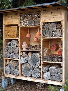 Ob gross oder klein spielt keine Rolle. Wichtig ist, dass das Insektenhotel mit einem Dach vor Regen und Schnee geschützt ist.