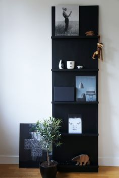 45 DIY bookshelves to inspire your next home project. Make your own homemade bookshelf from a single shelf or bookcase. This DIY is added storage or stylish display for books and home decor accessories. For more weekend DIY ideas go to Domino. Cool Diy Projects, Home Projects, Project Ideas, Furniture Projects, Diy Furniture, Homemade Bookshelves, Diy Casa, Home Decor Accessories, Interior And Exterior